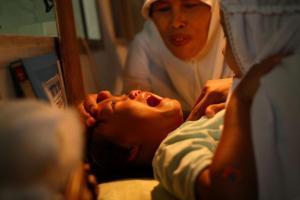 Индонез дaхь охидын хөвчийг хөндөх ёслол