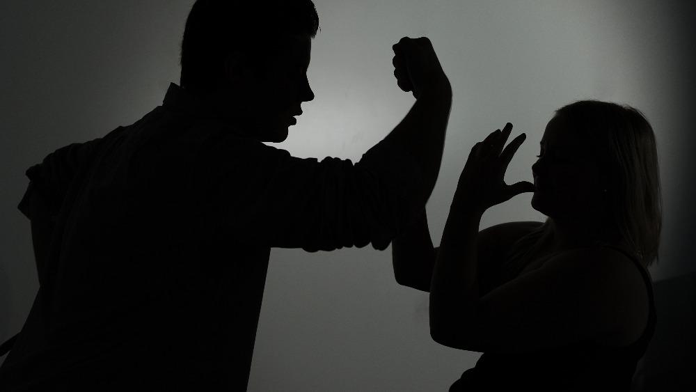 НИТХ-ын төлөөлөгч эхнэрээ зодож танхайрчээ