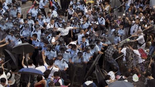 Хятад улс Хонконгийн дуулгаваргүй улстөрчдийг шийтгэж эхэлжээ