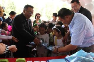 УИХ-ын гишүүн Д.Ганхуяг 100 хүүхдэд хичээлийн хэрэгсэл гардуулав
