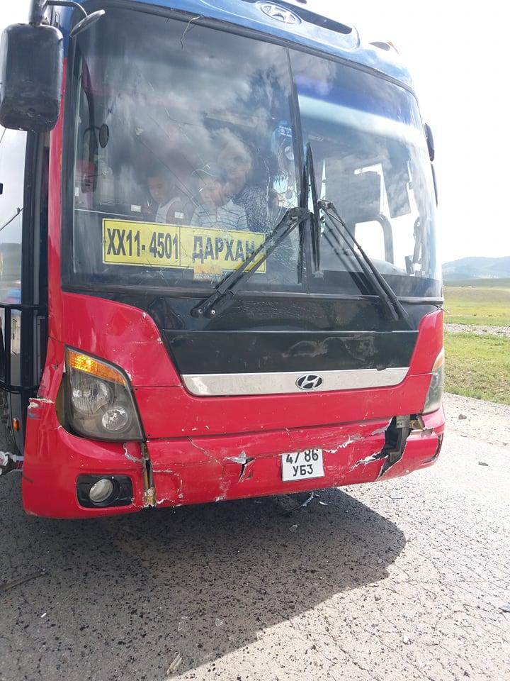 Дүүрэн зорчигчтой Дарханы тендерийн автобус тормосгүй явсны улмаас аваар хийлээ, АТҮТ ажлаа хийе!!!