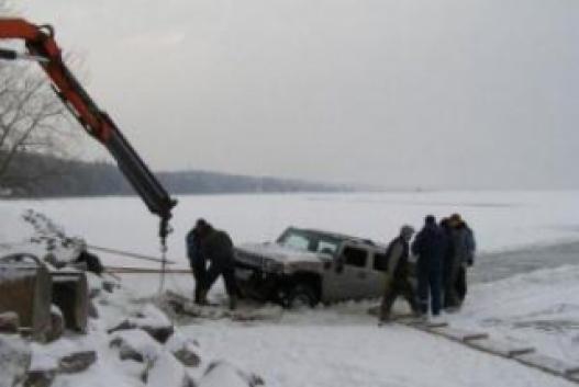 Туул голын мөсөнд цөмөрсөн машиныг татаж гаргав