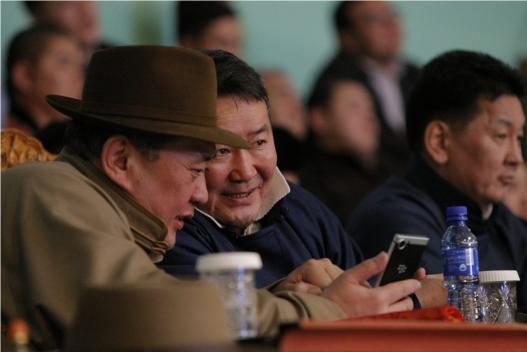 """Монгол Улсын Ерөнхийлөгч хүчит бөхийн барилдаан үзэж, их шөвгийн бөхчүүдэд """"бахархал"""" гардууллаа"""