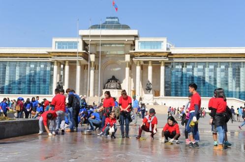 Чингисийн талбайг оюутнууд угааж байна