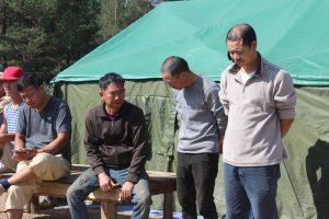 Монгол залуус Хятадуудыг хамгаалж Уул усаа сүйтгэж байна