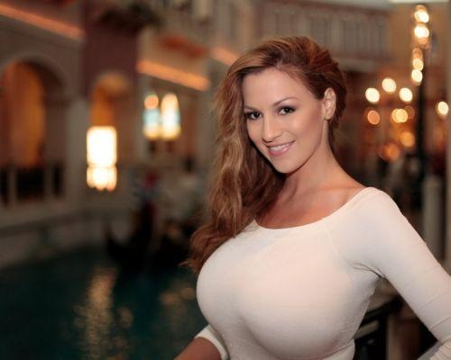 """Том хөхт модель бүсгүй """"Боруссия""""-гийн хөлбөмбөгчинд гайхалтай санал тавьжээ"""