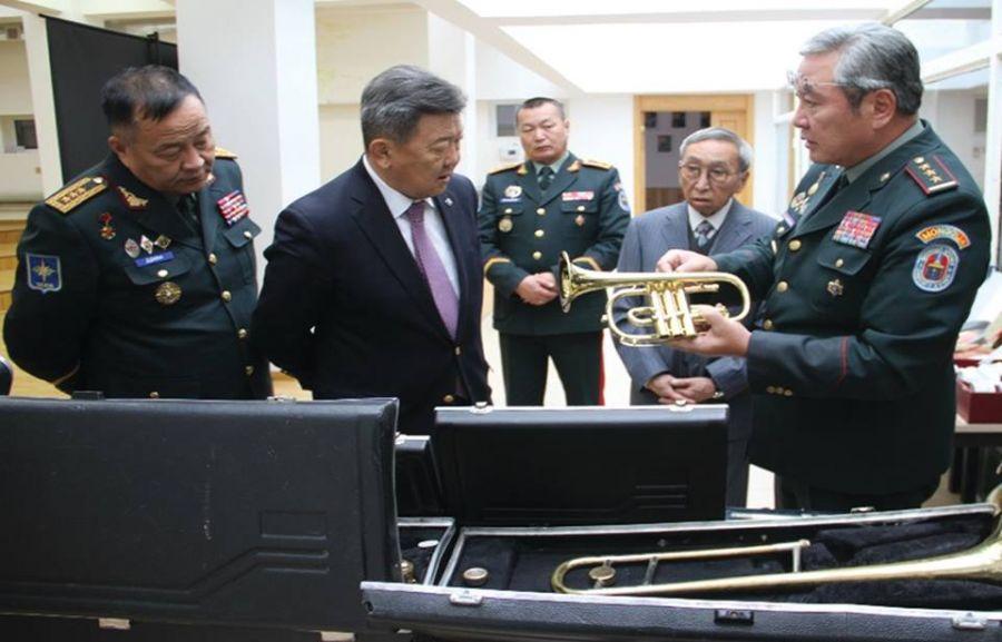 Батлан хамгаалахын сайдаа Цэргийн хөгжмийн сургуулиа анхаараачээ
