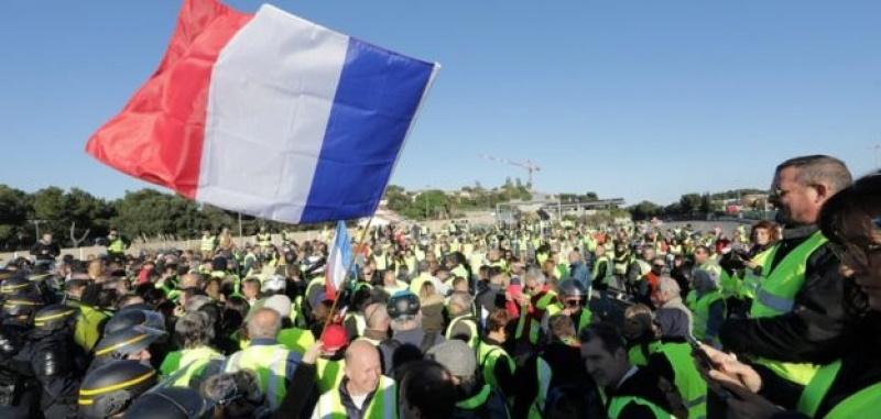 Францад шатахууны үнэ өссөнтэй холбогдуулан олон мянган хүн жагсчээ