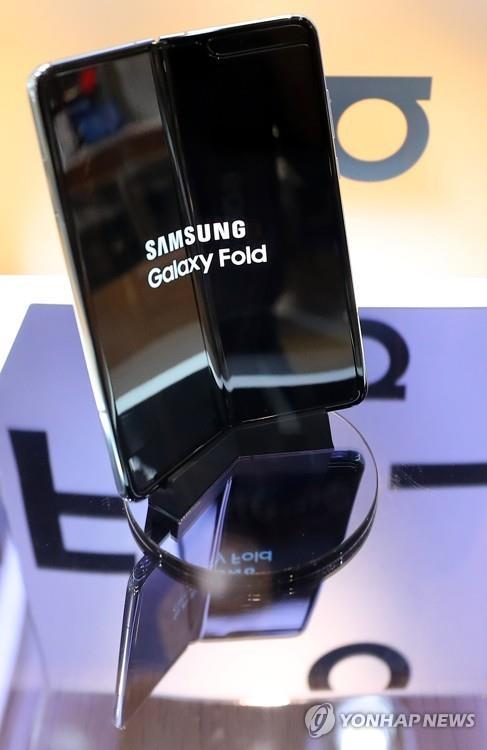 """""""Samsung"""" эвхэгддэг гар утсаа нэмж 30 оронд худалдаана"""