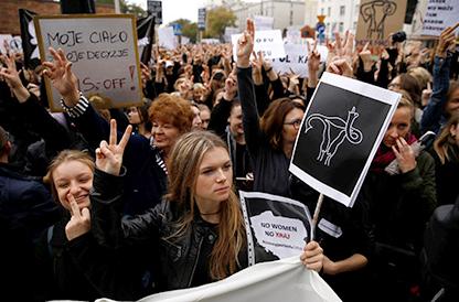 Польшид үр хөндүүлэхтэй холбоотой шийдвэрийг эсэргүүцсэн жагсаал болжээ