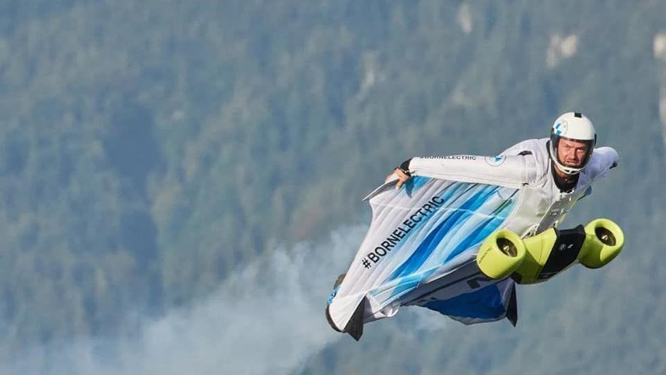 BMW хөдөлгүүр бүхий нисдэг костюмыг Австри улсад туршиж үзжээ