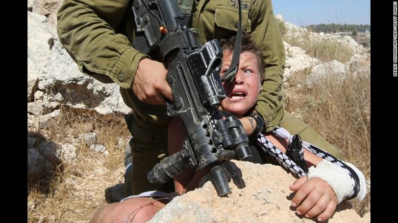 Израиль цэрэг палестин хүүтэй балмадаар харьцаж буй бичлэг цацагджээ