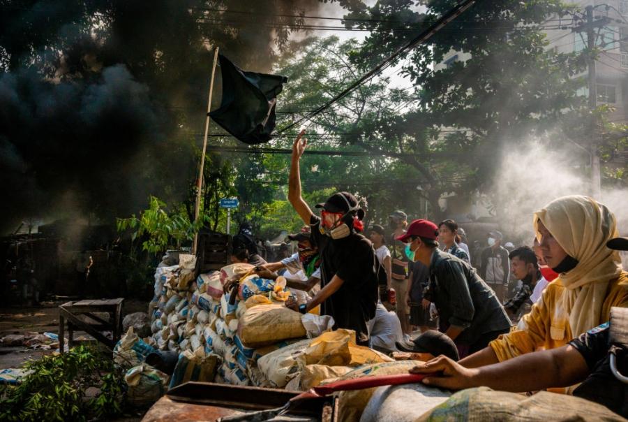 Мьянмарт аюулаас хамгаалах хүчнийхэн оршуулгын үеэр гал нээжээ