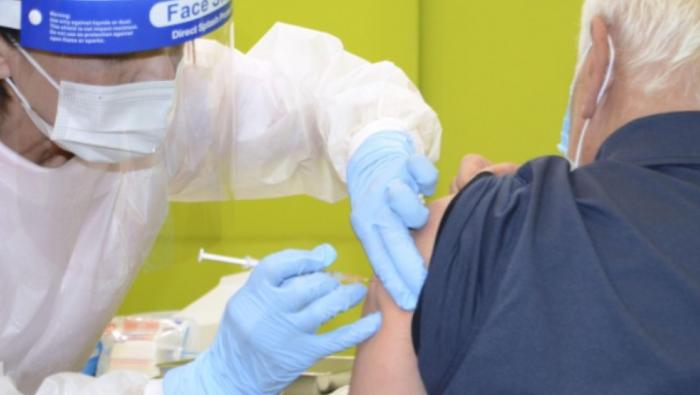 Японд өндөр настнуудыг ирэх оноос вакцины нэмэлт тунд хамруулна