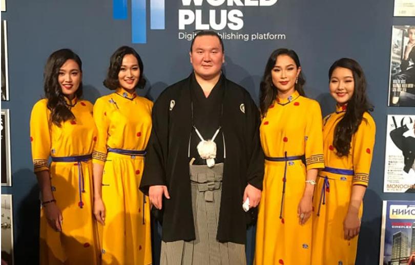 Шар дээлтэй монгол охид Японы гудамжийг чимжээ