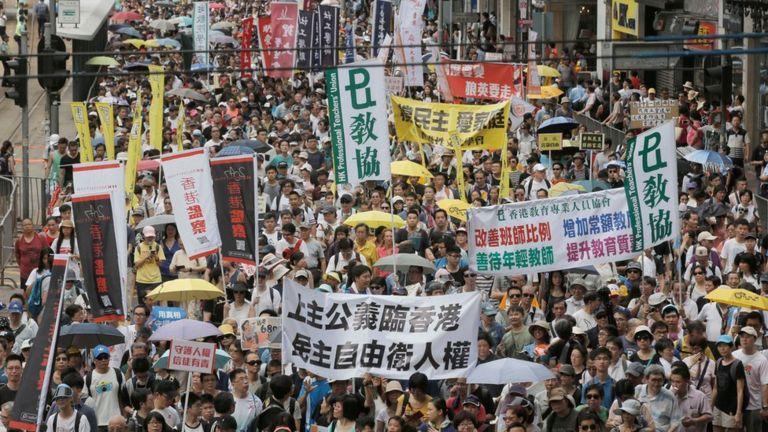 Хятадад 110 мянга гаруй иргэн жагсаал хийлээ