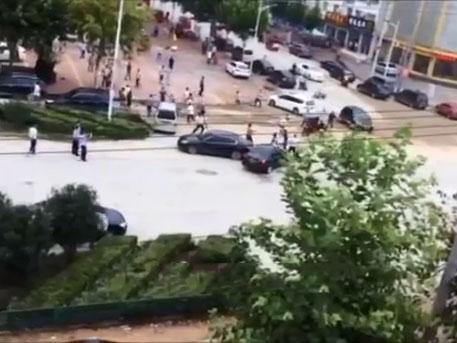 Хятадын мафиуд гудамжинд зодолджээ /бичлэг/