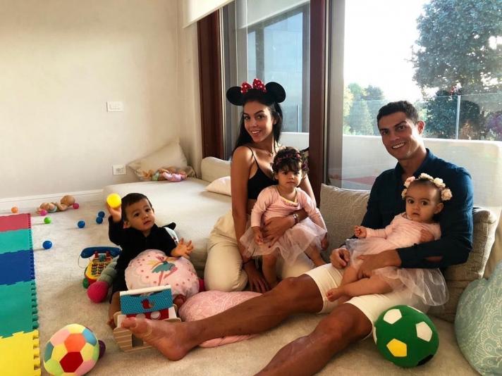 Кристиано Роналдо охиныхоо төрсөн өдрийг тэмдэглэжээ