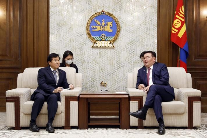 Солонгосчууд Монголд визгүй зорчдог болохыг дэмжихийг УИХ-ын даргаас хүсчээ