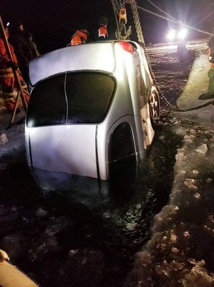 Буйр нуурт живсэн хоёр машиныг татаж гаргажээ