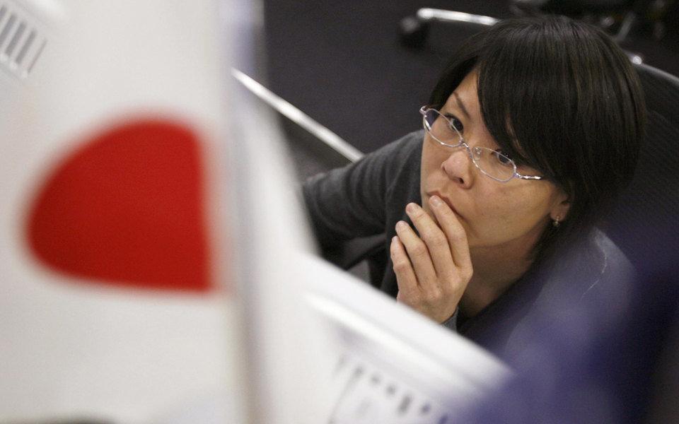 Японд эмэгтэйчүүдийг ажлын байр дээр нүдний шил зүүхийг хоригложээ