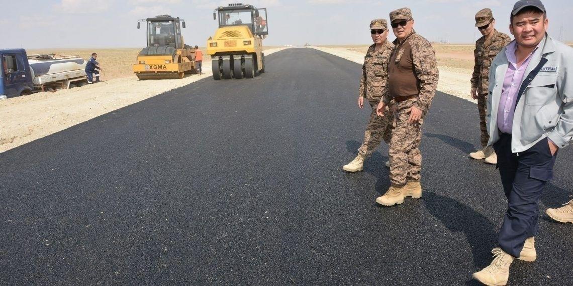 Зэвсэгт хүчнийхэн нефтийн үйлдвэрийн хүнд даацын авто замыг барьж дуусгажээ