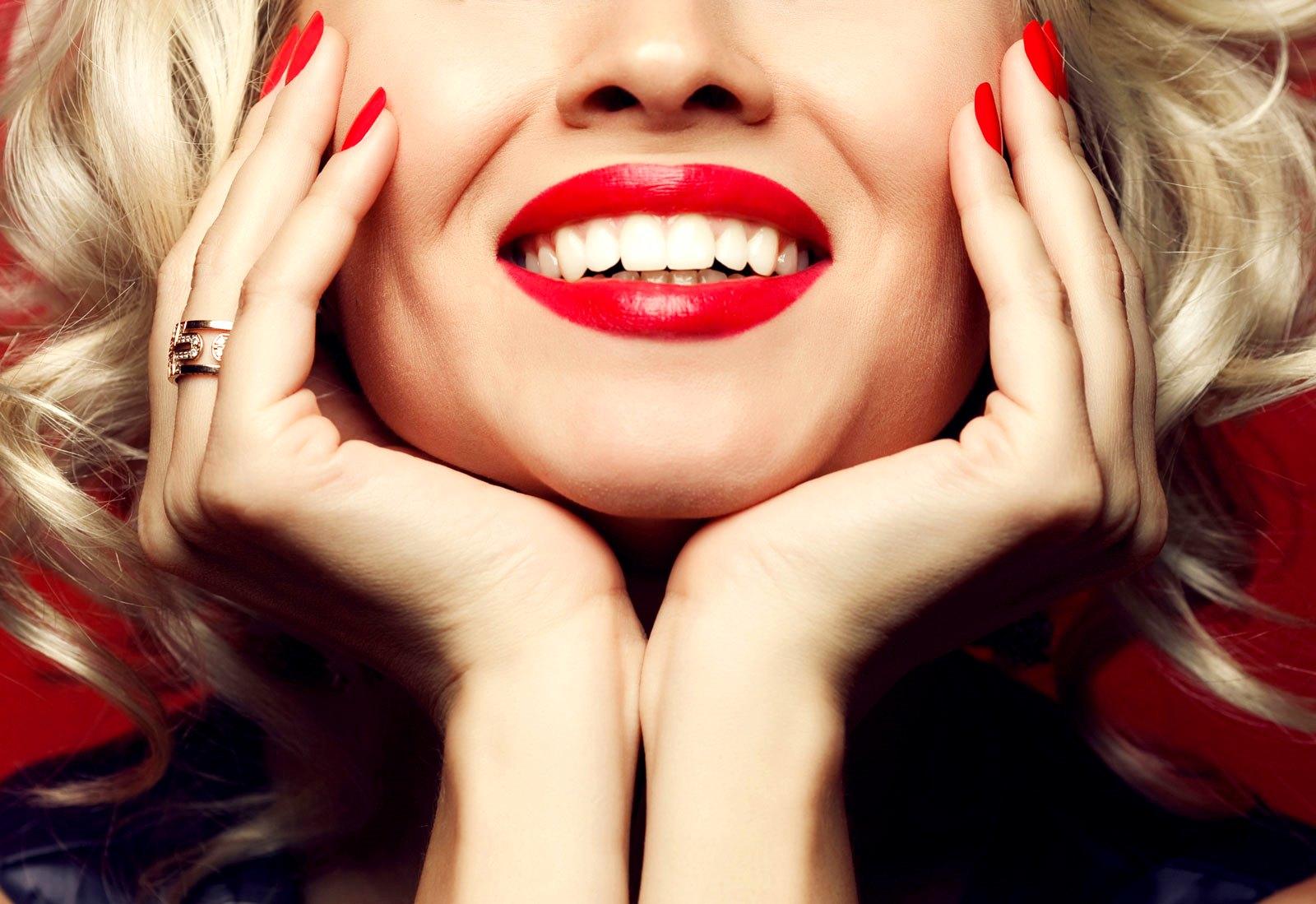 Гоё шүд эмэгтэй хүний нүүрний гоо сайхан