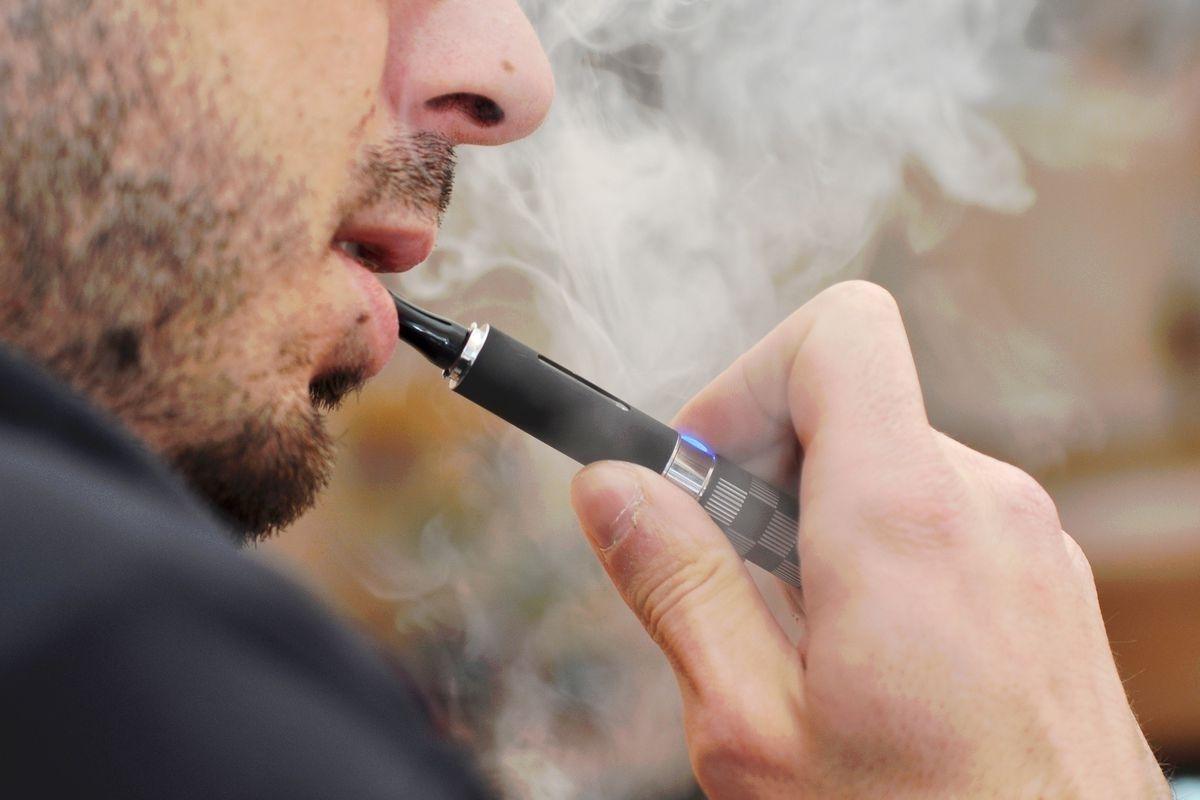 Электрон тамхи хэрэглэсний улмаас хүндээр өвчилсөн залуу хоёр уушгиа солиулжээ