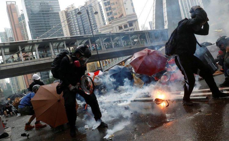 Видео: Эсэргүүцэл үргэлжилж, хонгконгчууд 40 км урт гинжин хэлхээ үүсгэжээ