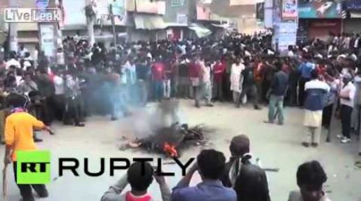 Бичлэг: Афганистаны моб Коран судрыг шатаасан эмэгтэйг ингэж зодож хөнөөжээ