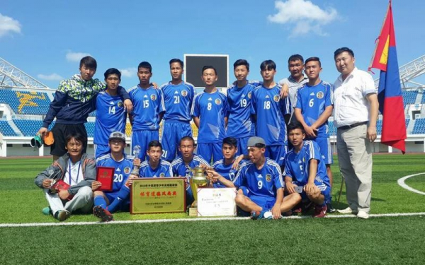Манай өсвөрийн хөлбөмбөгчид алтан медаль хүртэв