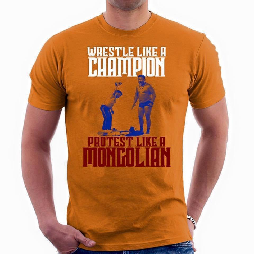 """""""Монгол шиг тэмц"""" гэдэг цамц АНУ-д худалдаанд гарчээ"""