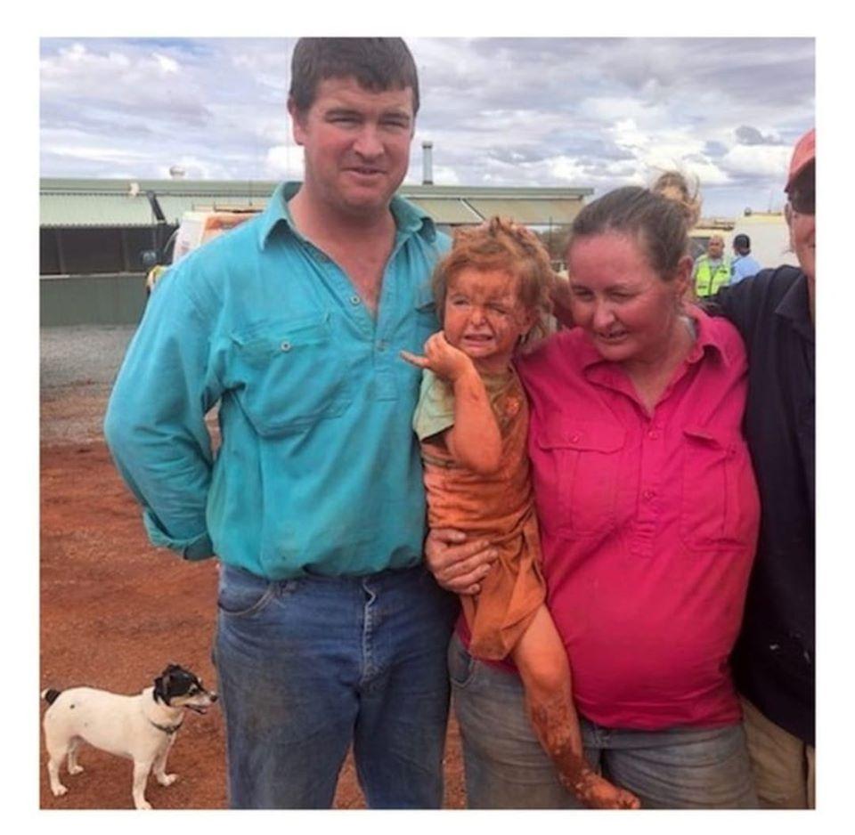 Сураггүй болсон 3 настай охиныг нохойтой нь хамт эсэн мэнд олжээ