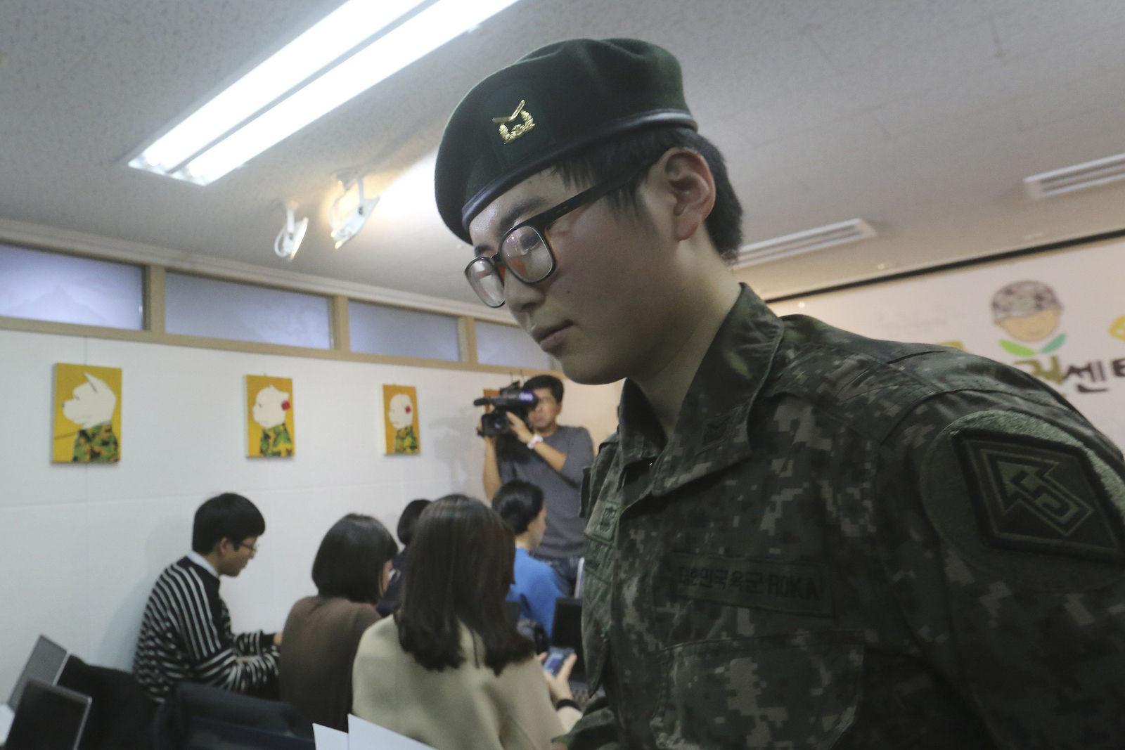 Өмнөд Солонгосын арми хүйсээ солиулсан цэргийг хугацаанаас нь өмнө халжээ