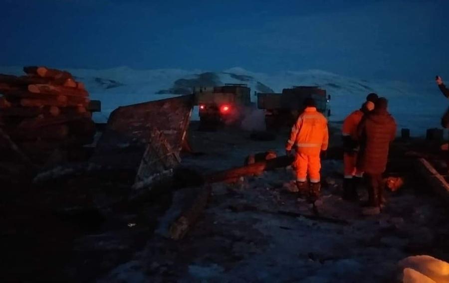 """16 тонн шатахуун тээвэрлэж яваад """"Ээвийн гол""""-ын мөсөнд цөмөрсөн машиныг татаж гаргажээ"""