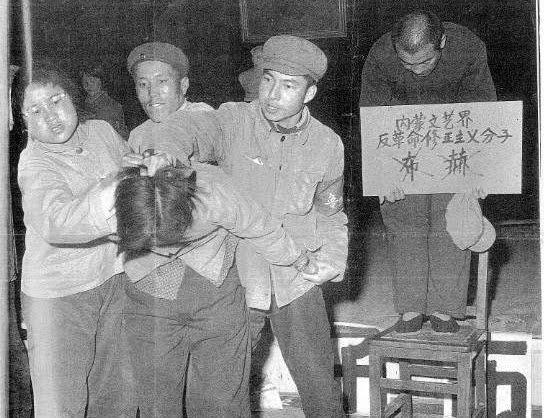 Өвөрмонгол эмэгтэй оюутныг Монгол руу харуулан зогсоож байгаад амьдаар нь яргалсан аймшигт түүх