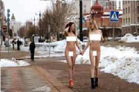 Хабаровскийн гудамжинд нүцгэн охид гарч иржээ /бичлэг/