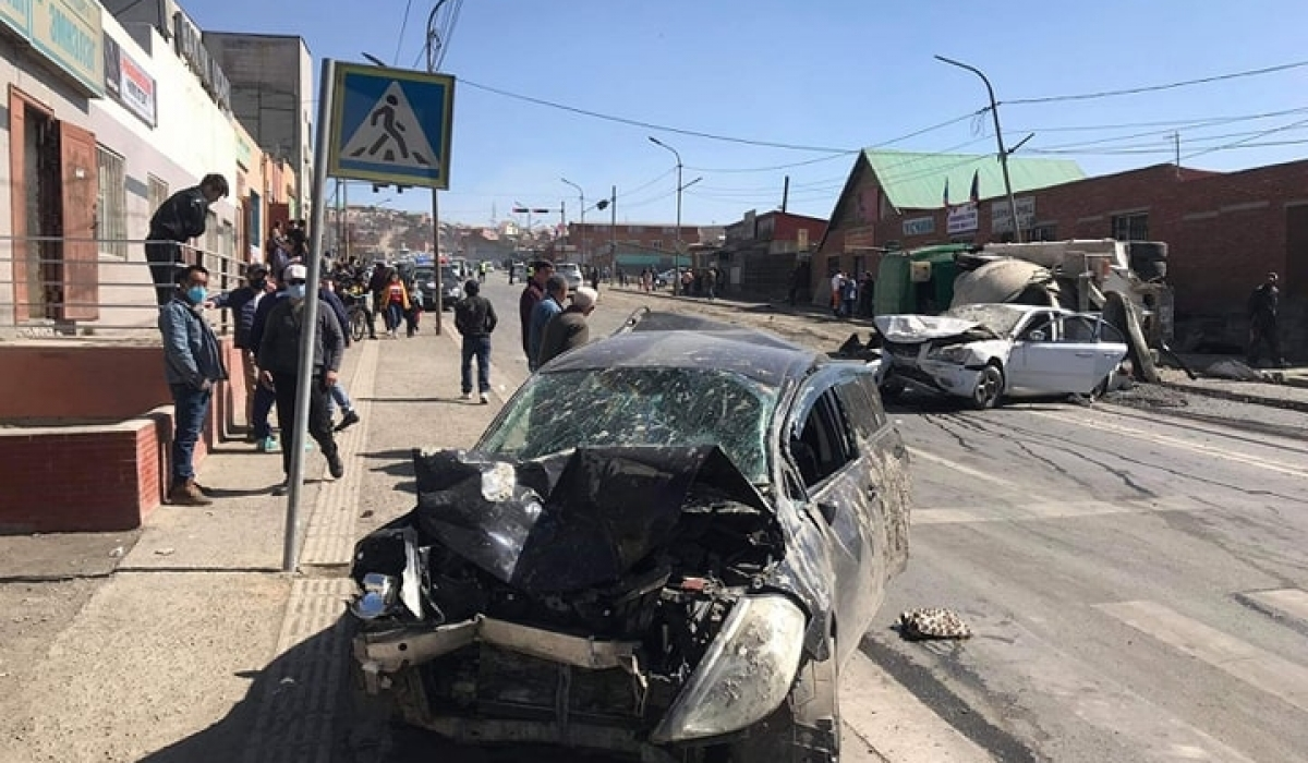 Баянхошуунд гарсан ослоор найман машин мөргөлдөж 11 хүн бэртжээ