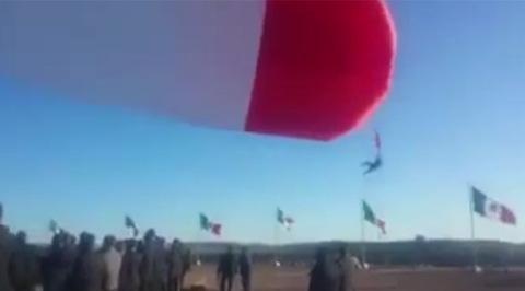 """Туг босгох ёслолын үеэр цэрэг эр """"нисжээ"""" /бичлэг/"""