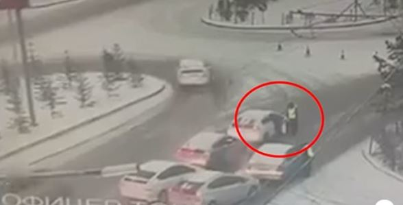 Бичлэг: Зам дээр албан үүргээ гүйцэтгэж байсан цагдааг автомашинаараа чирчээ
