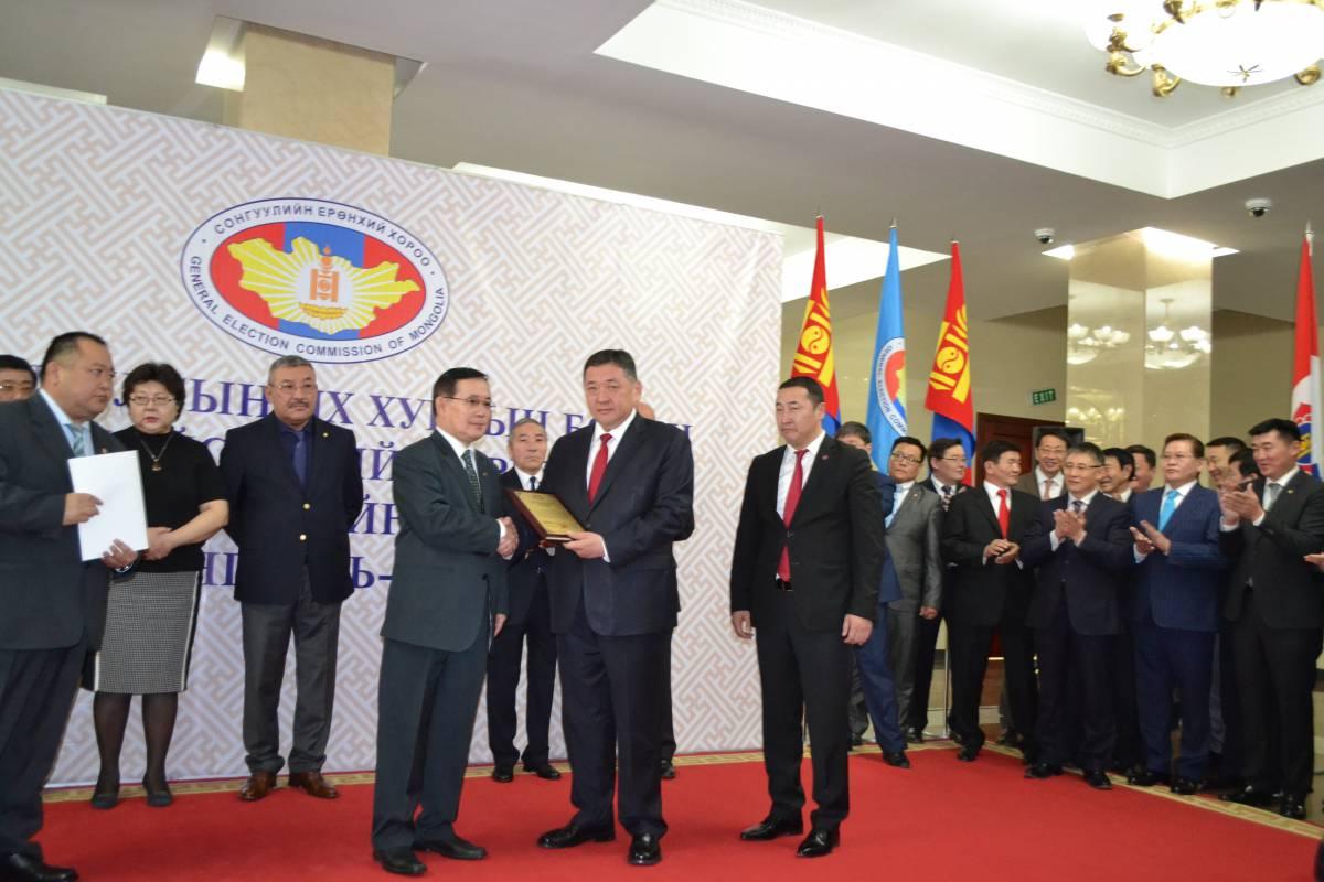Монгол Ардын нам СЕХ-ноос хамгийн эхэнд батламжаа гардан авлаа