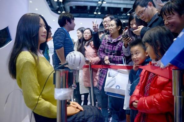Хятадууд эмэгтэй роботоо танилцууллаа