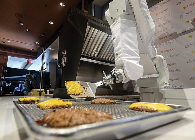 Тогооч робот 19 төрлийн хоол хийж сурчээ