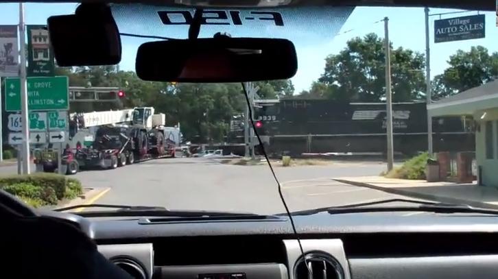 Төмөр зам дээр гацсан машин вагонд мөргүүллээ /Бичлэг/