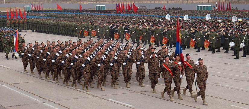 Монголын цэргүүд улаан талбайд шөнийн бэлтгэл