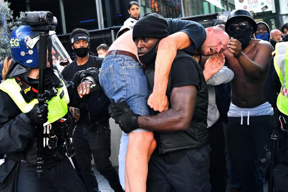 Цагаан арьст залууг аварч байгаа хар арьст залуугийн зураг цахим орчинд хурдацтай тархжээ