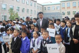 С.Бямбацогт хүүхдүүдэд гарын бэлэг, хичээлийн хэрэгсэл бэлэглэв
