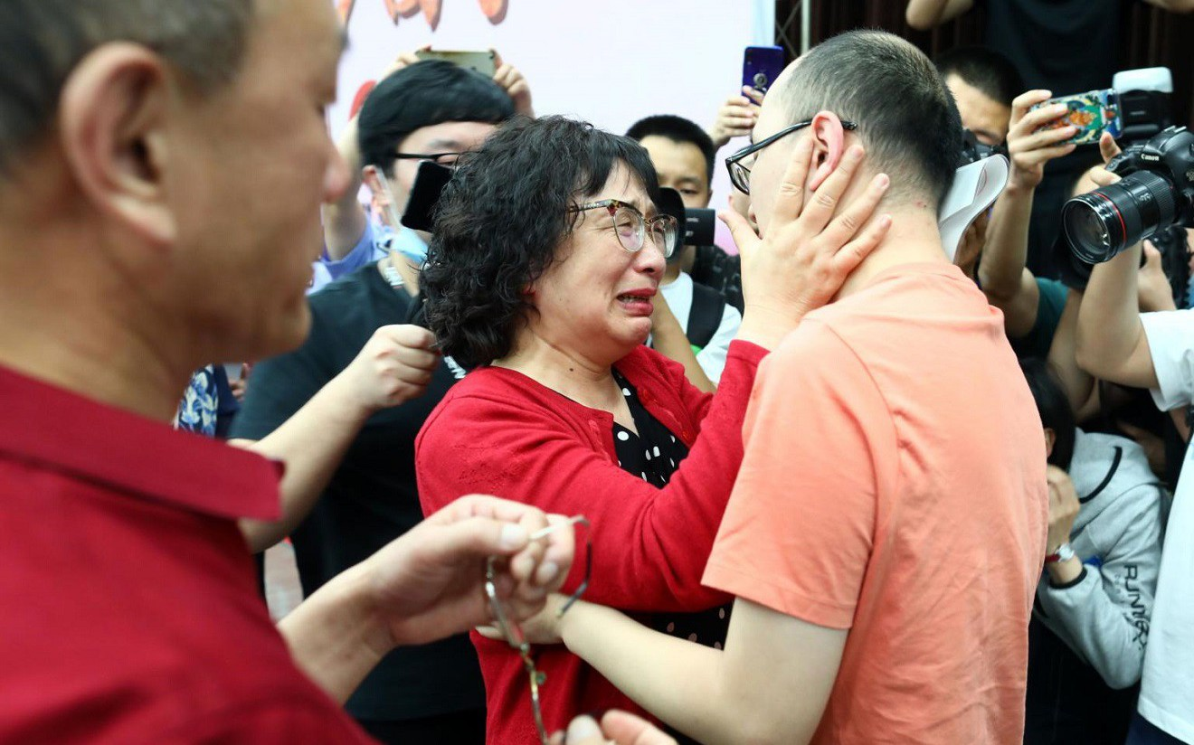 Технологийн тусламжтай Хятадад хулгайд алдсан хүүгээ 32 жилийн дараа олж уулзжээ