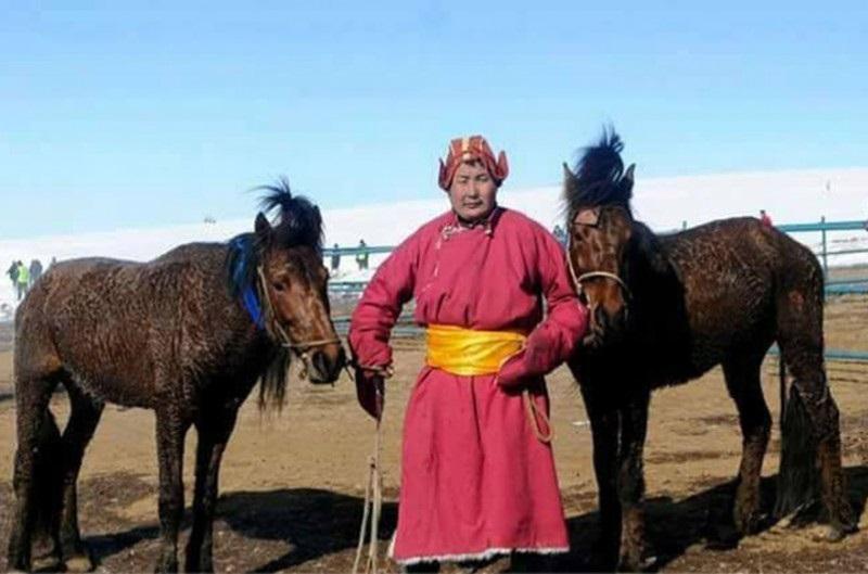 """""""Дүнжингарав""""-т хамгийн олон айрагдаж, түрүүлсэн """"Дүнжингарав""""-ын боссын Монгол хээр"""
