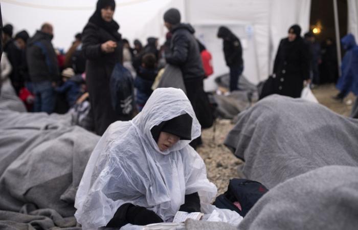 Дүрвэгсдийн эвдэрсэн завинаас хоёр ихэр нярайг олжээ